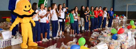 Colégio Maximus doa 27 toneladas de alimentos